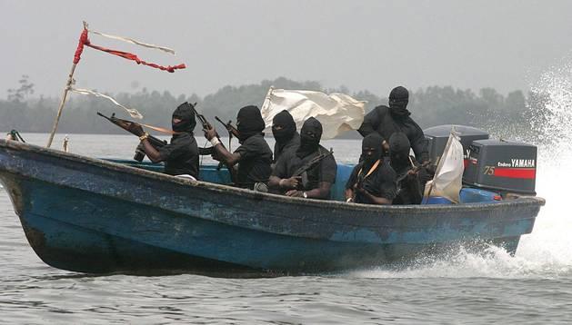 Unos milicianos navegan por el delta del Níger