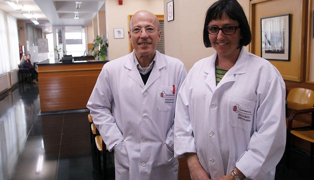 José Manuel Luquin Garrués, médico, y Mª José Rodríguez Navas, enfermera, en el centro de salud de Puente la Reina