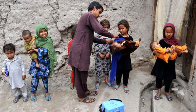 Administran una vacuna de polio en Afganistán
