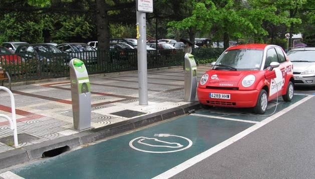 Un vehículo eléctrico de Carsharing en uno de los puntos de recarga en Pamplona.