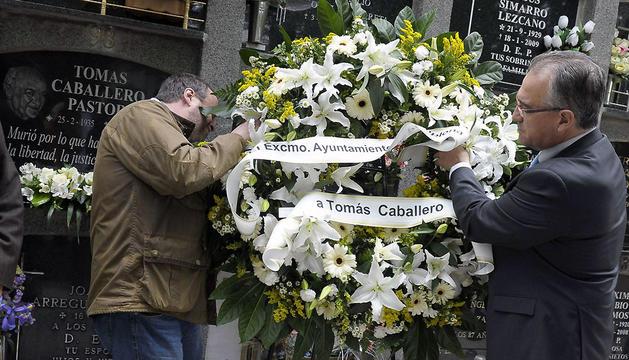 El alcalde de Pamplona, Enrique Maya (d), y el concejal socialista Jorge Mori, durante el homenaje a Tomás Caballero