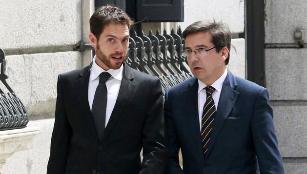 El diputado navarro Sergio Sayas (UPN) (izda.), acompañado del diputado de su partido Carlos Salvador (dcha.), a su llegada al Congreso de los Diputados