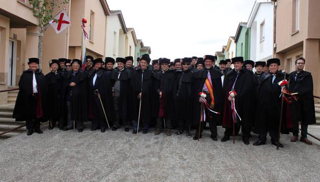 Los hermanos posaron juntos a las puertas del domicilio del capitán, Pedro Chivite.
