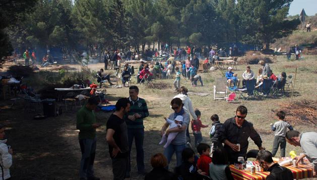 Un grupo de niños y adultos disfruta de la comida preparada para la fiesta.