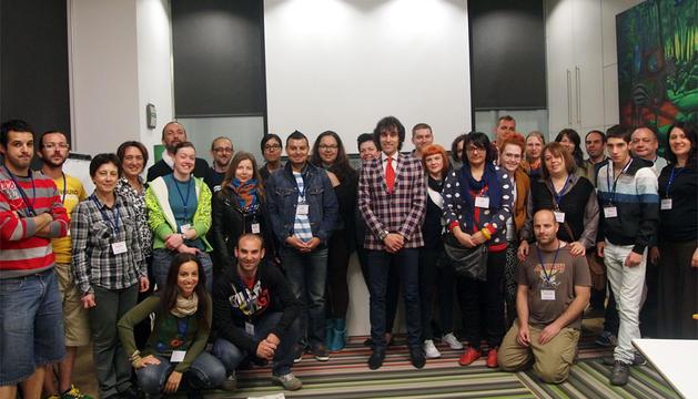 Ángel Ansa, en el centro, con los jóvenes participantes en el curso.
