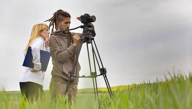Iratxe García, directora de 180º Rumbo a la luz, con Iker Lanz, director de fotografía, cerca de Astrain