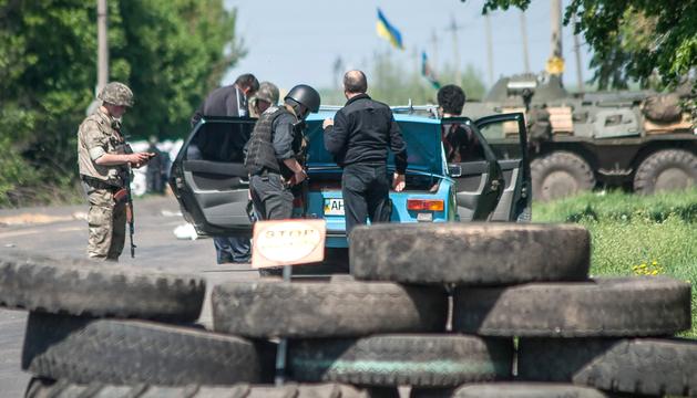 Soldados ucranianos cerca de un puesto fronterizo en Slaviansk