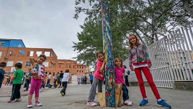 Un grupo de escolares junto al mayo que se colocó en el patio de Lizarra Ikastola de Estella.