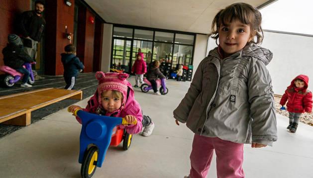 Niños de Arieta juegan en una de las zonas exteriores del centro en una imagen de este invierno.