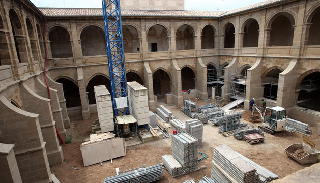 Estado actual que presenta el claustro de Fitero. Al fondo a la derecha, zona donde se están reconstruyendo las bóvedas hundidas.