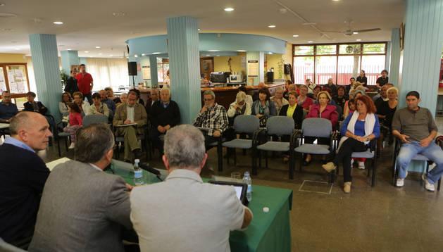 Fernando Nagore, Enrique Maya y Juan José Echeverría, de espaldas, se reunieron el martes, junto a Ana Elizalde e Iñaki Cabasés, con los vecinos del barrio de Echavacoiz.