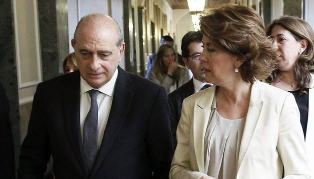 La presidenta de Navara, Yolanda Barcina, y el ministro del Interior, Jorge Fernández Díaz, antes de la presentación en el Senado del libro