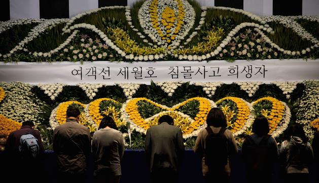 Surcoreanos rezan por los pasajeros desaparecidos del 'Sewol'