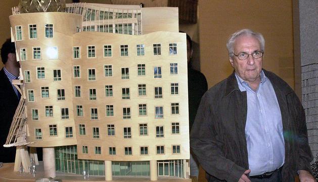 El arquitecto canadiense Frank Gehry, junto a una maqueta del edificio del National Nederlanden en Praga, en el año 2001