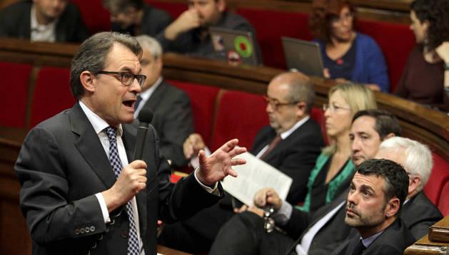 Artur Mas en su llegada a la sesión de control del Parlament, donde se ha mostrado dispuesto a dialogar con Mariano Rajoy. EFE