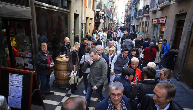 Varias personas toman el vermú en la calle San Nicolás