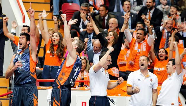 Jugadores e integrantes del equipo técnico del Valencia Basket celebran una canasta ante el Unics Kazan en el partido de vuelta