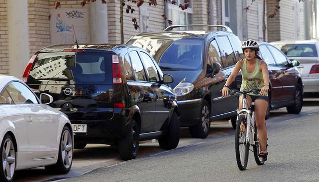 Una joven circula con el casco en Mendillorri.