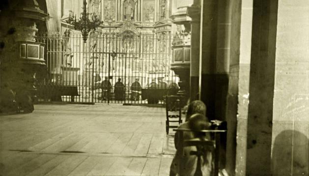 MISA EN LA COLEGIATA. La foto da fe de la antigua distribución del interior del templo de Roncesvalles