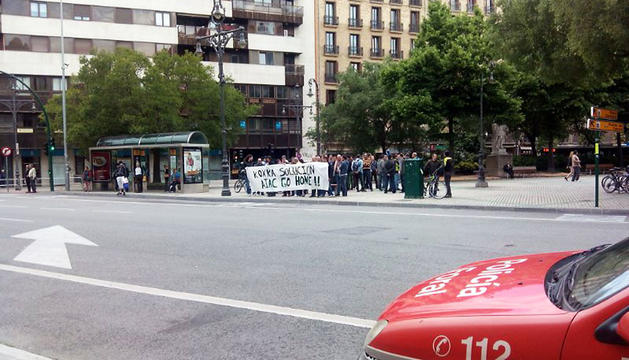 Trabajadores de Koxka se manifiestan frente al Parlamento