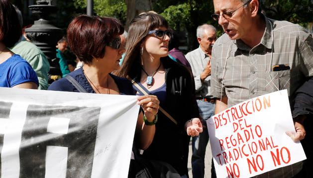 Unas 80 personas se concentraron ante el Parlamento a favor del Regadío Tradicional de Lerín