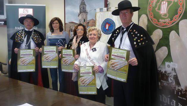 Desde la izquierda, Enrique Sánchez Sacristán, la alcaldesa María José Verano, Corali Arteche Sola, Angelita Alfaro y José Luis Medrano Alcántara, ayer en el consistorio de Mendavia