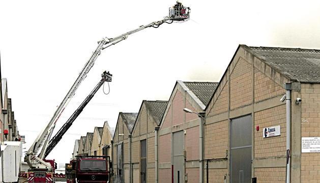 Bomberos trabajan en la extinción del incendio