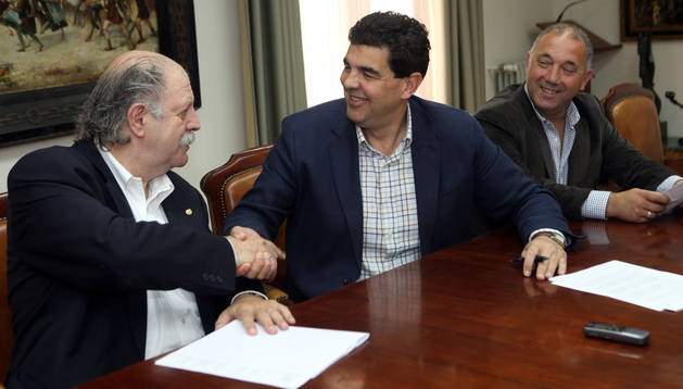 Pachi Díez estrecha la mano de Luis Casado tras firmar el convenio