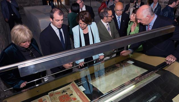 Autoridades, durante la inauguración de la muestra 'El Archivo Renovado. Diez años de la reapertura del Archivo de Navarra'