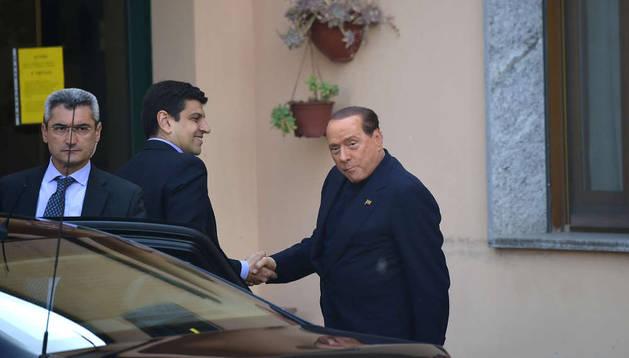 Berlusconi a su llegada al centro de ancianos y discapacitados.