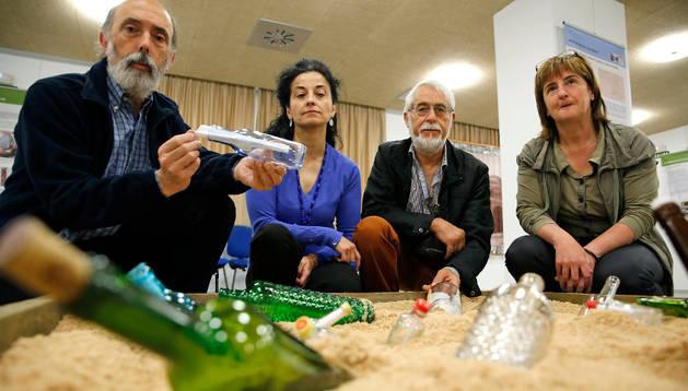 Paco Etxeberria, Lourdes Herrasti, Koldo Pla y Elisa Querejeta, con botellas que simulan las que acompañaban a los cadáveres del cementerio de Ezkaba, ligado a la prisión del fuerte de San Cristóbal