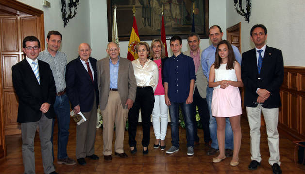 Antonio Sayas, cuarto por la izquierda, junto a autoridades y familiares que acudieron a la presentación