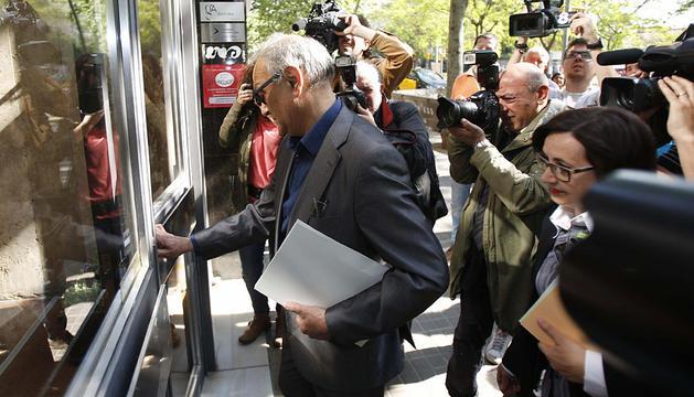 El juez, a la llegada al domicilio de Montserrat Caballé.
