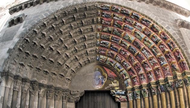 Imagen virtual que muestra el estado actual de la Puerta del Juicio -a la izda., la parte del Cielo- y cómo se cree que fue originalmente, a la derecha