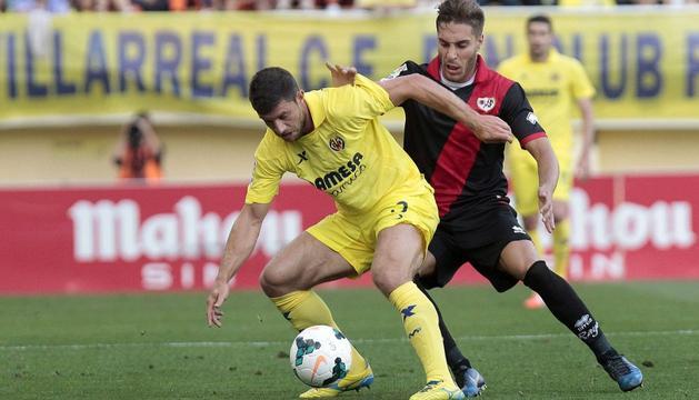 Jokic y Bueno disputan la pelota durante el Villarreal-Rayo