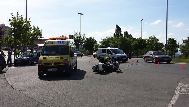 Una ambulkancia y una dotación de la Policía Municipal atienden el accidente