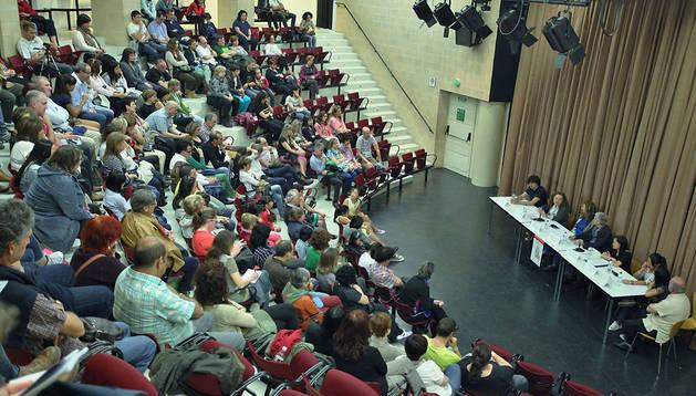 Momento de charla coloquio que sobre adopción y adolescencia se celebró en Zizur ayer