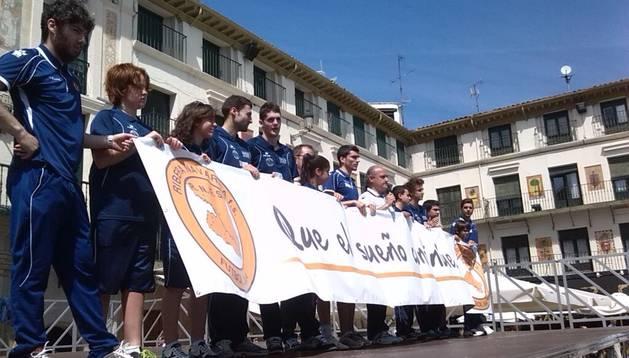 Los jugadores y miembros del Ribera Navarra, detrás de la pancarta