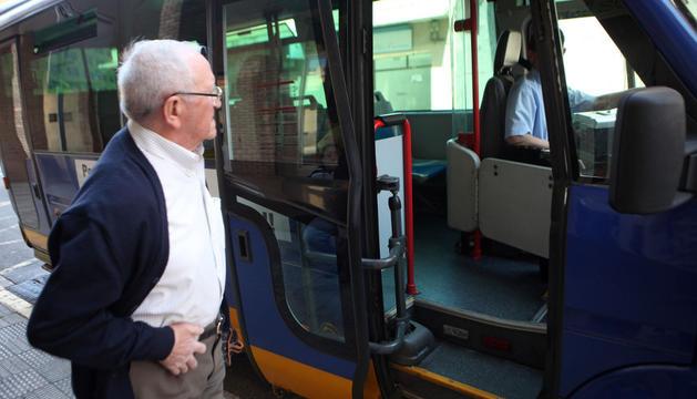 Un usuario sube al autobús en la parada de la calle Díaz Bravo