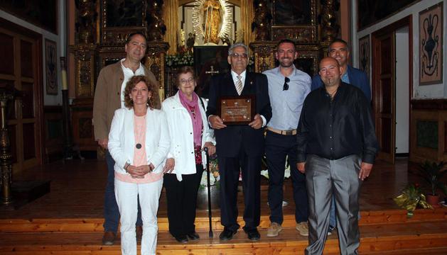 Garbayo, en el centro con la placa, junto a su mujer Victoria Sanz, dos de sus hijos y otros familiares