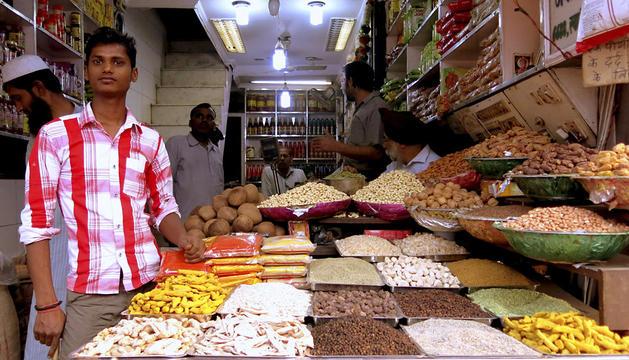 Tienda de especias en el mercado de Khari Baoli, en el casco viejo de Nueva Delhi