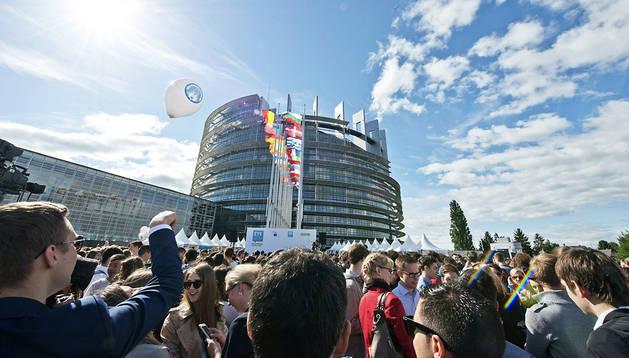 Jóvenes asistentes al European Youth Event (EYE), junto a las dependencias del Parlamento Europeo en Estrasburgo