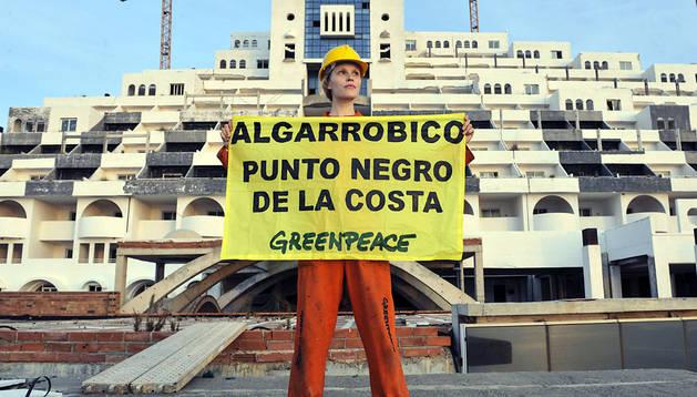 Una de las activistas de Greenpeace protesta delante del hotel