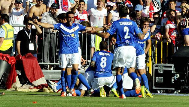 Los jugadores del Almería celebran el primer tanto anotado por Verza