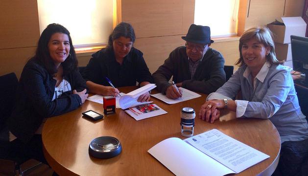 En el centro, Mª Ángeles Cunchillos y José Gómara firman el convenio