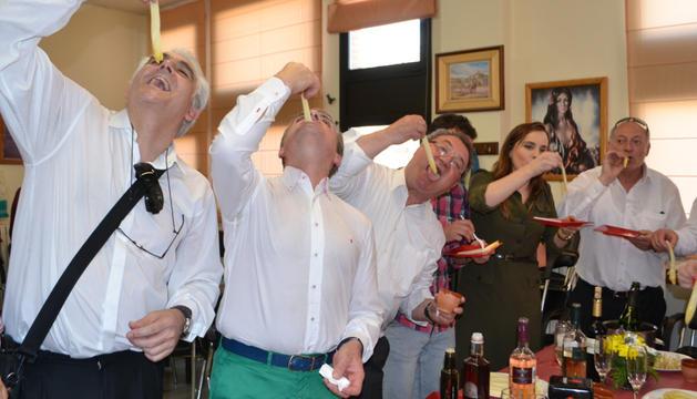 Uno de los momentos de la degustación de espárragos frescos en el Hogar del Jubilado de Mendavia