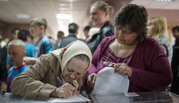 Durante la votación en Donetsk