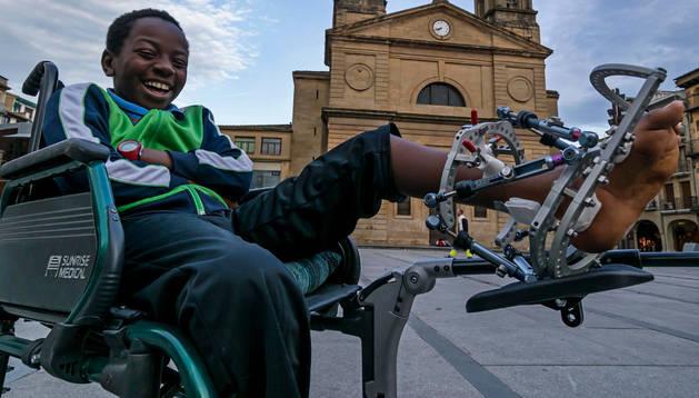 Amadou Mohamadou Lam, en la silla de ruedas, en la plaza de Los Fueros de Estella