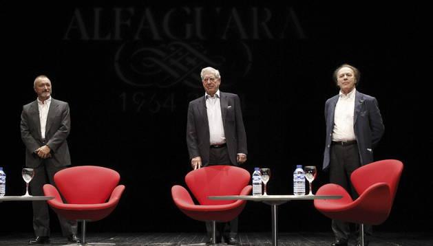 Los escritores Javier Marías, Arturo Pérez-Reverte y Mario Vargas Llosa. EFE