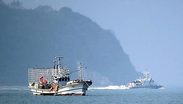 Un pesquero y un guardacostas en la zona donde se hundió el Sewol